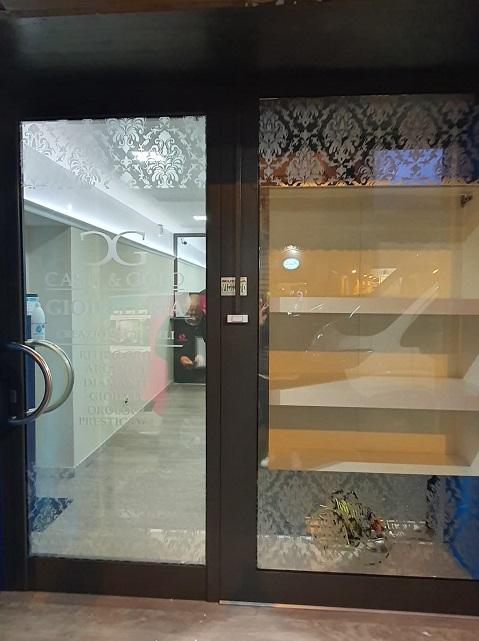 genova vetrine con adesivo specchiato e decorazione damascata in satinato
